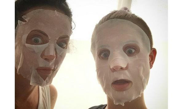 kelly-osbourne-sheet-mask-beauty-the-klog